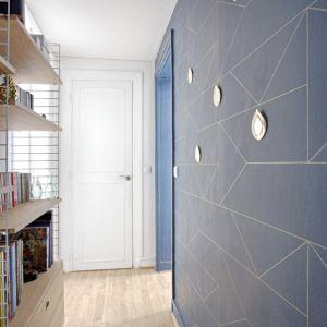 Vignette Couloir au papier peint bleu graphique