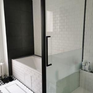 Vignette salle de bain tres graphique alliant modernité tout en conservant le style rétro de la maison