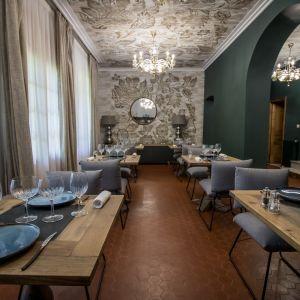 Vignette la salle de restaurant et son plafond enluminé